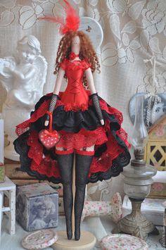 Купить или заказать Кукла в стиле Тильда 'Ах, кабаре, кабаре, кабаре!' в интернет-магазине на Ярмарке Мастеров. Кукла создана для частной коллекции кукол. Для пошива юбки использовано более 10 метров кружева, юбка и внутри и снаружи имеет одинаковый вид. Чулочки-сеточка,перчатки, подвязки, украшение с перьями на голове-максимально предают образ танцовщиц Кабаре. Образ очень эффектный, яркий, насыщенный деталями. В руках сердечко ручной работы в технике декупаж.