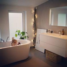 Kveldsbad med dukkene #myhome #bad #bath #bathroom #vikingbad #inspiration #instahome #tinek #housedoctor #hay #playtype #baderomsinspo #belegg  #baderomsinspirasjon #baderom #aspenbad #fossbad #fargerike #pureandoriginal