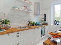 Marier cuisine blanche avec du bois comme ici un plan de travail c'est donner une ambiance scandinave à toute sa pièce