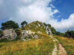 Ruderi lungo il sentiero per il Monte Linzone #montagna #trekking