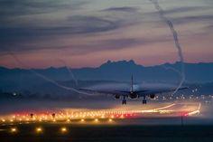 Ein Airbus A330 von Swiss International Airlines landet an einem nebligen...