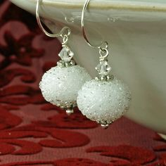 White Christmas Earrings, Snowball Earrings, Ice Christmas Earrings, White Bridal Earrings, Winter W Handmade Jewelry Bracelets, Jewelry Crafts, Earrings Handmade, Beaded Jewelry, Diy Earrings, Bridal Earrings, Christmas Necklace, Christmas Jewelry, Beads And Wire