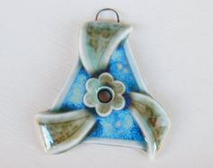 Handmade porcelain pendant triangle with flower. por Majoyoal