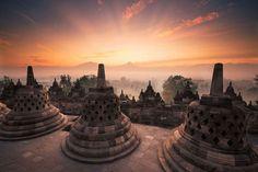 Inilah daftar tempat wisata yang layak Anda kunjungi di Yogyakarta, provinsi yang kaya akan tradisi, seni, budaya dan keindahan alam tiada duanya.