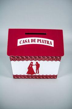 Casuta dar nunta folosita pentru strangerea banilor oferiti la nunta.   In cutie incap 150 plicuri.   Casuta de dar este realizata din carton rezistent.   Casuta este alba, iar acoperisul de culoare rosu inchis.   Forma sa clasica, imaginea mirilor si decoratiunile din dantela fac din acest produs...