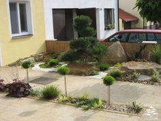 Zahradní úpravě před domem dominuje tvarovaná borovice
