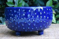 Tazas, platos, fuentes y objetos deco con el valor de lo artesanal.  /Gentileza ThiaraK Pottery Pots, Ceramic Pottery, Blue Dishes, Sgraffito, Ceramic Design, Texture Design, Handmade Pottery, Clay Crafts, Decorative Bowls