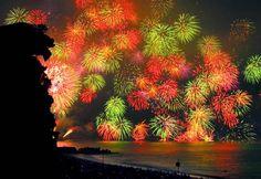 平成20年熊野大花火大会 毎年、三重県熊野市七里御浜海岸で大花火大会が行われています。今年も8/17(日)に行われ、好天に恵まれ約15万人の見物客で海岸の浜を埋めました。私も前日から熊野に行き、当日獅子岩近くの撮影ポイントで見物して来ました。 三百余年の伝統を誇る、熊野大花火大会の起源は、お盆の初精霊供養に簡単な花火を打ち上げ、その花火の火の粉で灯籠焼を行ったのが始まりといわれています。 時代とともに花火の規模が拡大しても本来の目的である初精霊供養の要素は消える事が無く、現在の花火大会でも、初精霊供養の灯籠焼きや追善供養の打ち上げ花火を打ち上げた後に打上玉数10,000発の仕掛け花火が打ち上げられます。海上の大型観光船から花火見物もされるようになり、熊野大花火は全国的に有名になりました。  写真は鬼ヶ城大仕掛け...