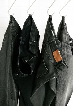 """HOW TO CARE FOR BLACK JEANS: 5 TIPS - """"Set the dye before their first wash. Soak your jeans—inside out—in a bath of cold water with one cup of white vinegar and one tablespoon of salt. This helps set the dye into your denim before a disruptive wash. Faded Black Jeans, Black Jeans Outfit, Dark Denim, Black Pants, Dye Jeans Black, Beste Jeans, All Black Everything, Wearing Black, Shorts"""