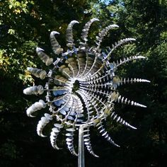 These wind sculptures are mesmerizing! They're made by Anthony Howe who started his own sculpture park in 1996 and now the kinetic sculptures can be found all over the world. Sculptures move with the wind Wind Sculptures, Sculpture Art, Instalation Art, Arte Robot, Kinetic Art, Scrap Metal Art, Welding Art, Oeuvre D'art, Garden Art