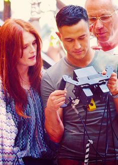 JGL and Julianne Moore on set of Don Jon's Addiction (JGL's directorial debut) Don Jon, Joseph Gordon Levitt, Youre Cute, It Takes Two, Men's Cuts, Julianne Moore, Cutest Thing Ever, Film Serie, Best Actor