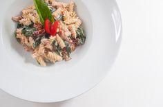 Spirelli mit Blattspinat und getrockneten Tomaten in Ricotta-Weißweinsoße