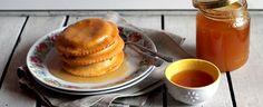 Le seadas sono dei dolci tipici della sardegna, l'impasto racchiude un cuore morbido di pecorino ed è arricchito con miele liquido: ecco la ricetta.