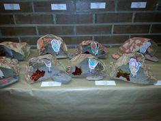 Mini coves 'cartro, sorra, pintura...' i pedres pintades amb branquetes i pintura