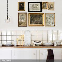 Diese Bilder im Vintage-Look wurden stilgerecht mit Bilderrahmen aus früheren Zeiten an die Wand gebracht. Schlichtes Küchengeschirr in Weiß lässt dieser Dekoration …
