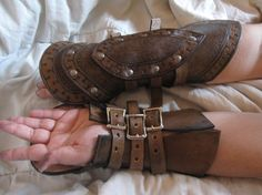 Leather Heartseeker gauntlets with buckle by ScreamingNorth Leather Bracers, Leather Tooling, Leather Men, Larp Armor, Medieval Armor, Steampunk, Cosplay, Grandeur Nature, Costume Armour