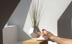 Fai levitare le tue piante da appartamento con Lyfe i nuovi vasi magnetizzati Lo scienziato Simon Morris, ha riflettutto, provato, sperimentato. Ci ha messo un anno di intenso lavoro, ma alla fine ha raggiunto il risultato sperato. Si chiama Lyfe ed è un sistema di magneti che #design #vasi #fiori #novità