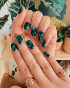 marble mani, inspired by my one and only coffee table ✔️ (swipe right) a. Green marble mani, inspired by my one and only coffee table ✔️ (swipe right) as always, nails by the incredible and rings by Nail Design Stiletto, Nail Design Glitter, Nails Design, Glitter Nails, Jade Nails, Green Nails, Emerald Nails, Green Nail Art, Nail Polish Trends