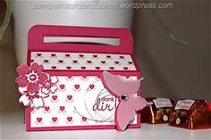 Heute gibt es wieder eine süße Kleinigkeit – nämlich eine Snack Box gefüllt mit kleinen Ferrero Küsschen. Passend zum Stempelset/DSP der Woche Liebesblüten wird es heute eine ziemliche rosa A…