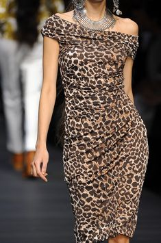 Take a look at the best Animal print dress in the photos below and get ideas for your outfits! Animal print dress, denim jacket and red chanel shoulder bag. Estilo Fashion, Fashion Mode, Look Fashion, Womens Fashion, Luxury Fashion, Milan Fashion, Fashion Black, Party Fashion, Dress Fashion