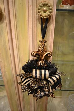 Elegant Gold Fleur de lis Tassel by kristenscreations on Etsy Ribbon Projects, Diy Projects, Diy Tassel, Tassels, Christmas Decorations, Christmas Ornaments, Xmas, Glands, Passementerie