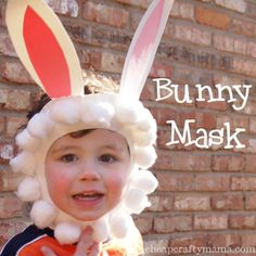 Creamos una careta de conejo con cartulina para las orejas y algodón para la cara.