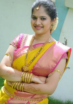 Vanki a traditional south Indian jewelry which is also called Armlet or Bajuband. It is worn at the arms, paired with the attire of saree. Wedding Saree Blouse Designs, Pattu Saree Blouse Designs, Saree Blouse Patterns, Bridal Silk Saree, Saree Wedding, Silk Sarees, Indian Sarees, Wedding Bride, Saree Jewellery