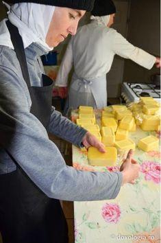Reţeta de caşcaval de la Mănăstirea Războieni | In Bucatarie Mozzarella, Cooking Cheese, Good Food, Dairy, Food And Drink, Cooking Recipes, Homemade, Unt, Home