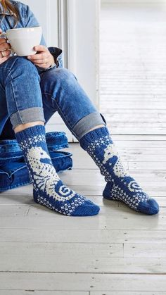 Kesäiset villasukat   Meillä kotona Knitting Patterns, Crochet Patterns, Knitting Socks, Knit Socks, Leg Warmers, Free Crochet, Boots, Fashion, Leg Warmers Outfit