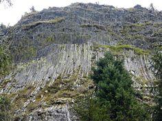 Detunatele.  Cele 2 Detunate, se află la 1,5 km una de alta şi se constituie într-o faimoasă rezervaţie naturală, remarcabilă prin prezenţa coloanelor de bazalt de formă prismatic-hexagonală din Munţii Metaliferi (Munţii Apuseni – Ţara Moţilor).  Caracterul vertical al poziţiei lor face ca din apropiere să pară şi mai înalte, iar de pe crestele lor se deschide un orizont în care se văd : Muntele Găina, Muntele Mare, Negrilesei, Vulcanului. Thing 1, Romania, Grand Canyon, City Photo, Nature, Travel, Naturaleza, Viajes, Destinations