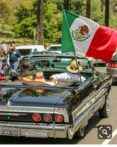 Arte Lowrider, Lowrider Trucks, Aztec Wallpaper, Pink Wallpaper, Screen Wallpaper, California Classic Cars, Old School Pictures, Electric Cargo Bike, Chicano Love