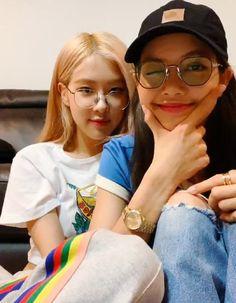 Chaelisa❤ i love it when the hyungs love it each other! Kim Jennie, Yg Entertainment, South Korean Girls, Korean Girl Groups, Black Pink Kpop, Shandy, Blackpink Photos, Blackpink Fashion, Blackpink Jisoo