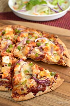 Everyone loves pizza, and even better when it is a Syn Free Pizza like this delicious BBQ Chicken version, with many of topping suggestions below. (Baking Chicken Slimming World) Slimming World Dinners, Slimming World Recipes Syn Free, Slimming World Diet, Slimming Eats, Fake Away Slimming World, Slimming World Fakeaway, Slimming World Chicken Recipes, Skinny Recipes, Healthy Recipes