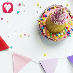 Ein Einhorn, Regenbogenfarben und am besten ganz viel Glitzer - Mit diesen Einhorn Cupcakes machst Du kleine - und auch größere - Mädchen glücklich!