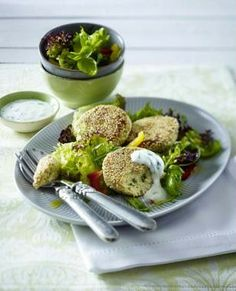 Soja-Taler auf gemischtem Salat zu Joghurt-Dip