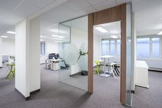 The open-plan spaces in the Austrian head office of heating technology specialists Vaillant are designed to promote communication with customers and among the teams, as well as help to improve internal procedures and workflow. The spaces have been designed in accordance with the latest findings in the field of industrial psychology.
