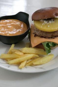Hirsitalon keittiössä: Vappubrunssi osa 6: Briossihampparit ja itse tehty... Cheddar, Hamburger, Ethnic Recipes, Food, Pineapple, Cheddar Cheese, Eten, Hamburgers, Meals