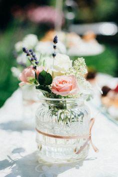 http://www.blissanddelight.com/de/ Auf Burg Deutschlandsberg gab sich das Brautpaar das Ja-Wort. Eine klassische österreichische Hochzeit in der Steiermark mit Rosen, Spitze und Lavendel rosa blumen, blumen, brautstrauß, blumen, dekoration, rosa dekoration,