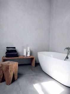 Betonlook in de badkamer. Mooi met houten accessoires!