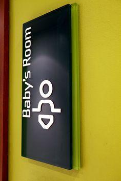 Com projeto do escritório Bentuk, a sinalização complexocomercialCentral Park, localizado em Jakarta (Indonésia), usa as cores preto e verde em elementos direcionais e locacionais. A sinalização …