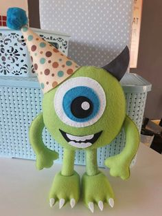 Mike monstro (molde em 2 partes) Diy Crafts For Gifts, Crafts To Make And Sell, Felt Crafts, Sewing Toys, Sewing Crafts, Carl Y Ellie, Monsters Ink, E Skate, Ugly Dolls