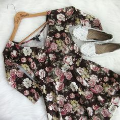 """Floral stretch dress Excellent condition! No flaws apparent. 96% poly 4% spandex. Length shoulder down 32 inches. Armpit to armpit measures 15"""". Textured stretchy material.  Bundle for best deals! Hundreds of items available for discounted bundles! You can get lots of items for a low price and one shipping fee!  Follow on IG: @the.junk.drawer Forever 21 Dresses"""