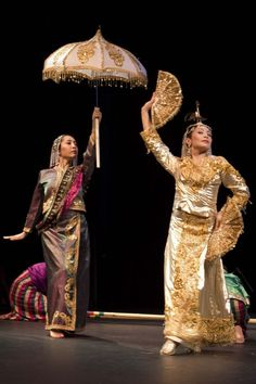 Mindanao Muslim costume for the singkil (dance). ALSO THAT'S ME with the umbrella. Philippines Fashion, Philippines Culture, Philippines Outfit, Philippines People, Filipino Fashion, Asian Fashion, Filipiniana Dress, Vietnam, Tribal Costume