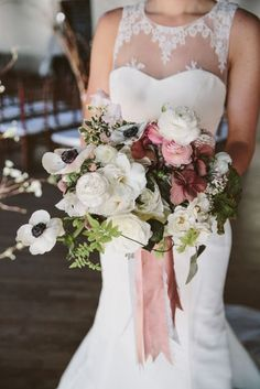 This wedding bouquet is fairly opulent, maybe too much for my taste. But there is still a lot of movement in there. The colour selection, the way of layering and the ribbons are exquisite. Well done!