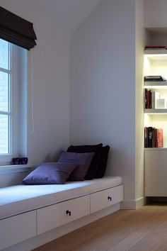 Leeshoek / slaapbank / opberruimte Alcove Seating, Corner Seating, Built In Bench, Built In Shelves, Deco Furniture, Furniture Design, Attic Bedroom Ideas Angled Ceilings, Living Room Grey, Home And Living