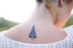 Pra quem pediu foto da minha tattoo de Nossa Senhora Aparecida ampliada! Eu fiz ela em 2014 e sou apaixonada! Tenho 5 tatuagens no total e se deixar faço mais hehe...eu peguei ela no @inspirationtatto !!!! O tatuador foi o Cacá do @rootstattooshop !