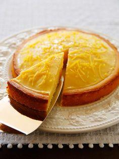 どこか懐かしいレモンケーキ! シンプルな甘酸っぱさは揺るぎない人気|『ELLE a table』はおしゃれで簡単なレシピが満載! Lemon Recipes, Sweets Recipes, Gourmet Recipes, Baking Recipes, Cake Recipes, Making Sweets, Homemade Sweets, Gourmet Cooking, Sweets Cake