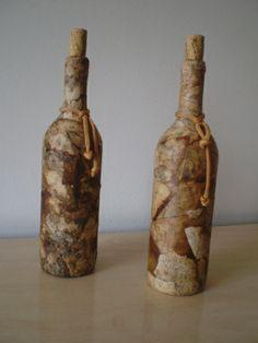 Artesanato com garrafas de vinho e coador de café usado
