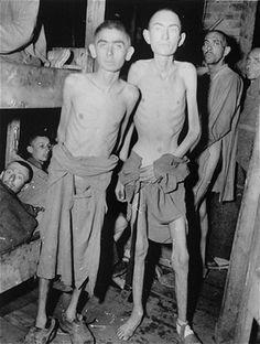 Sobreviventes de Ampfing, um sub-campo do complexo de concentração de Dachau, logo após sua libertação pelos Estados Unidos.  Alemanha, 4 de maio de 1945.