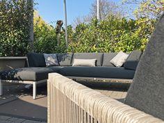 Nu in onze inspiratieruimte de nieuwe Caro lounge serie van Solpuri. Een prachtig en elegant design, dat ziet u terug in de Caro serie. Het aluminium frame met stringflex combineert prachtig met de nieuwe stof kleuren voor de kussens. Door het combineren met verschillende stof kleuren maakt u, uw lounge set geheel naar eigen wens. … Outdoor Sectional, Sectional Sofa, Outdoor Furniture, Outdoor Decor, Home Decor, Modular Couch, Corner Couch, Corner Sofa, Interior Design